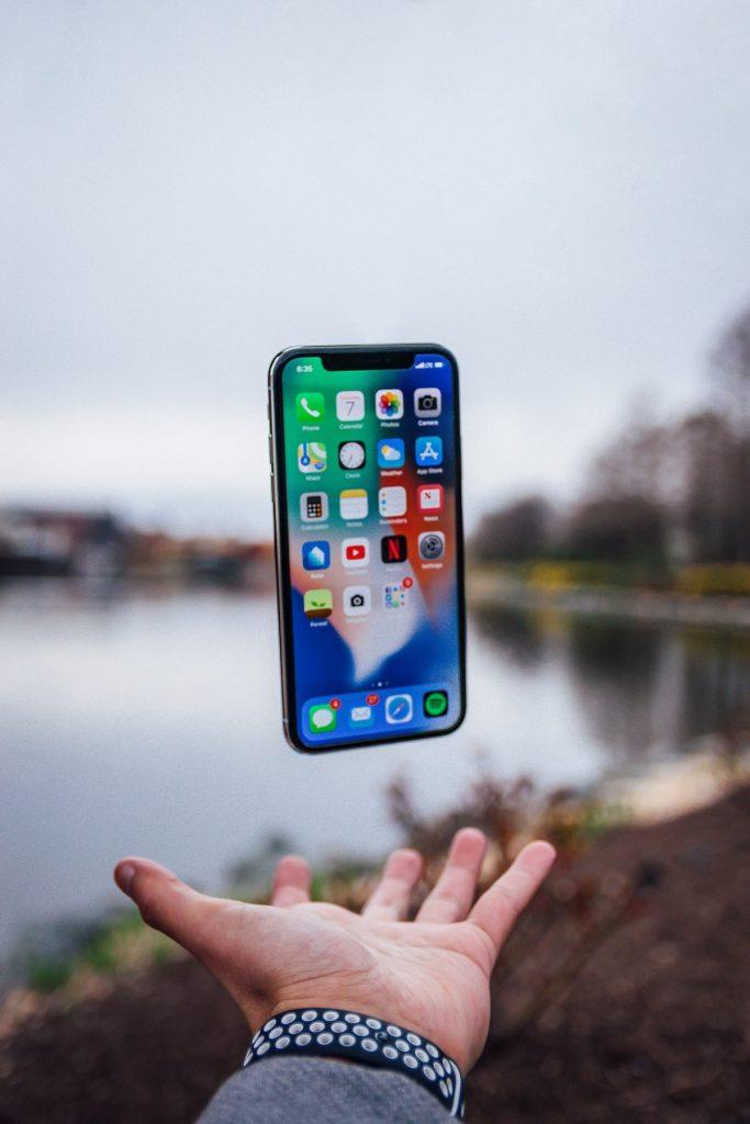 smartphone flutuando sobre a mão