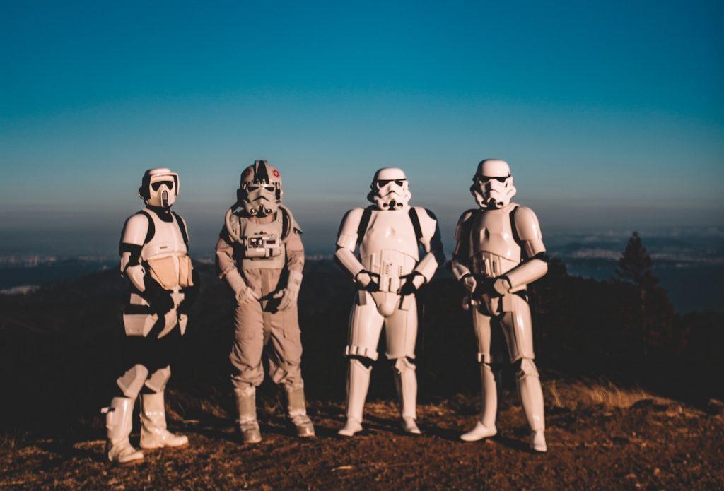 Quatro pessoas vestindo fantasias de tropa de clones do Star Wars