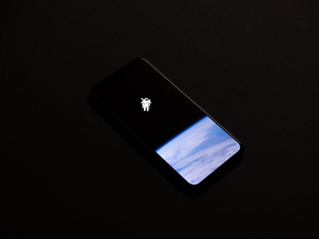 smartphone com imagem de um astronauta na tela